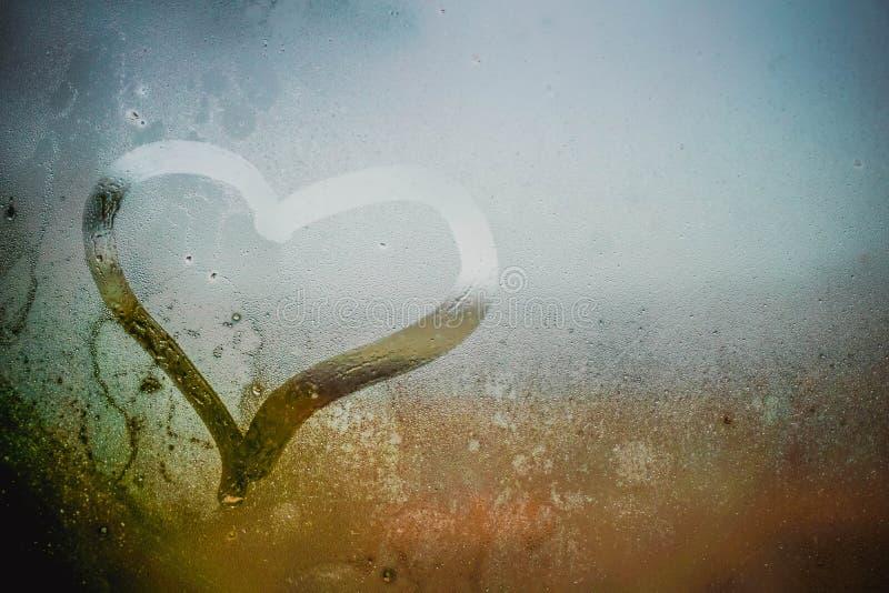 Coração na janela misted fotos de stock