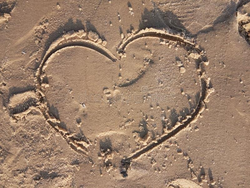 Coração na praia Amor, emoções, símbolo imagens de stock royalty free