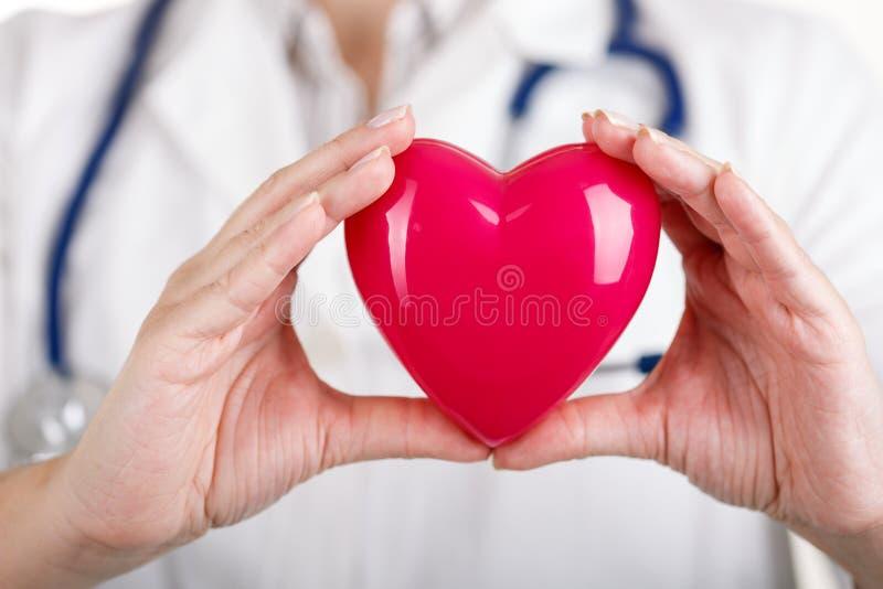 Coração nas mãos do doutor foto de stock