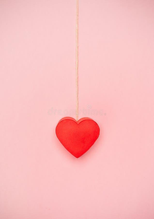 Coração que pendura a uma corda da guita imagens de stock royalty free