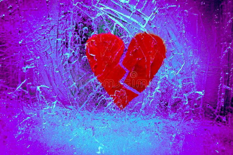 Coração quebrado em gelo rachado imagem de stock royalty free