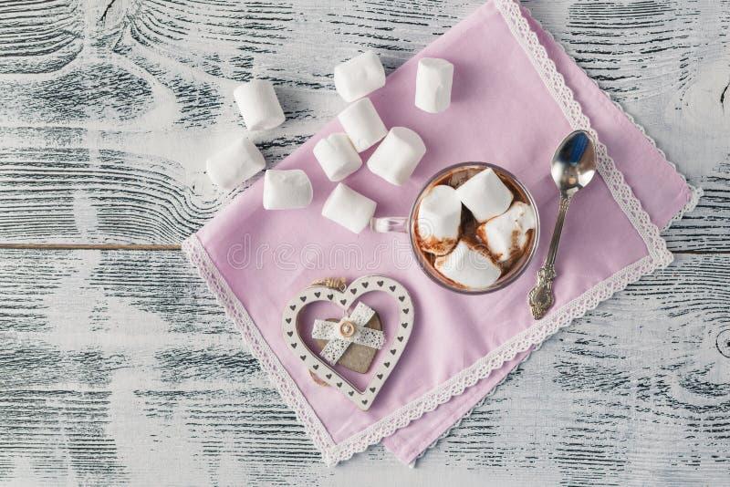 Coração rústico do Natal na tabela e no açúcar de madeira fotografia de stock
