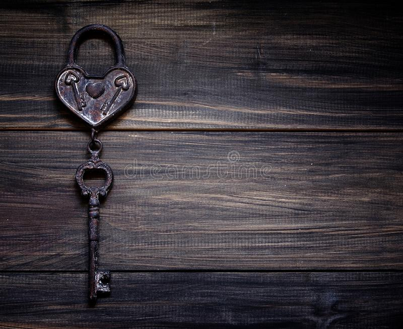 Coração retro do ferro com uma chave ao Valentim fotos de stock royalty free
