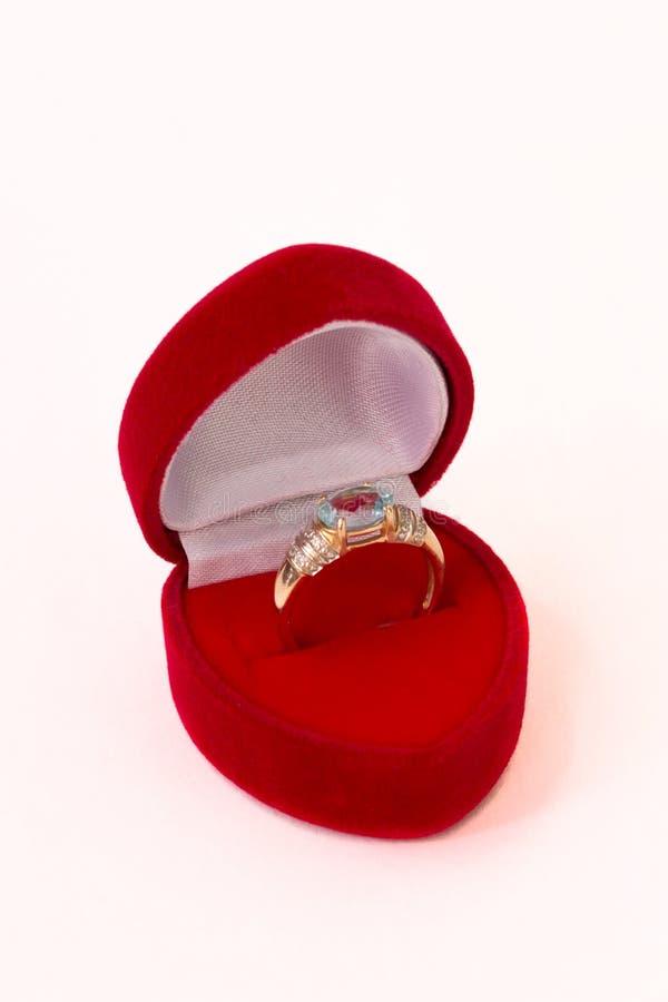 Coração vermelho caixa dada forma com anel foto de stock royalty free