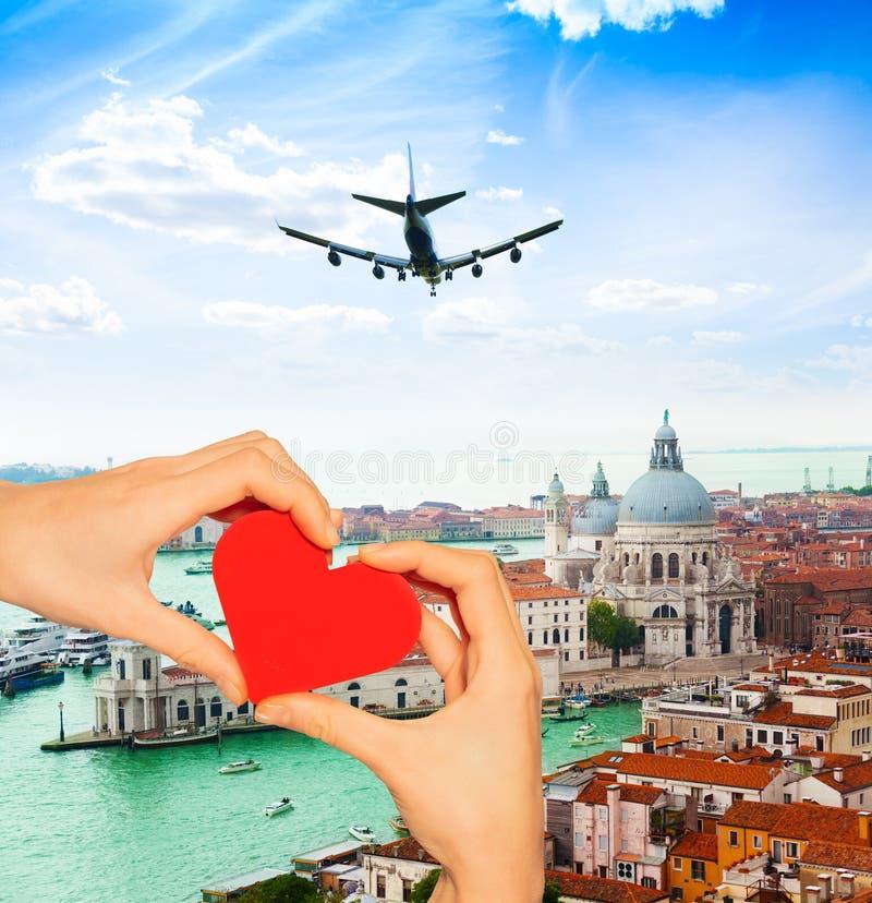 Coração vermelho da posse da mão sobre Veneza e Grand Canal imagem de stock royalty free