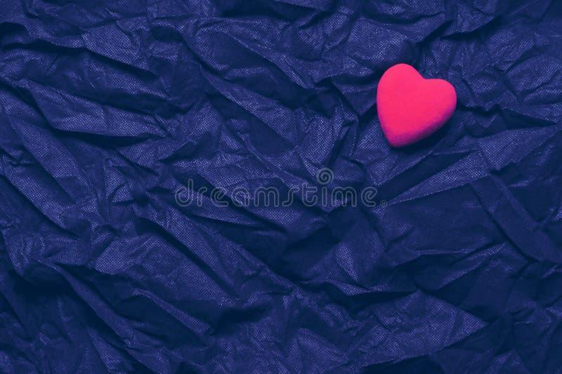 Coração vermelho da vista superior em Sapphire Texture Background enrugada O dia de Valentim e conceito felizes do amor Cartão ro fotos de stock