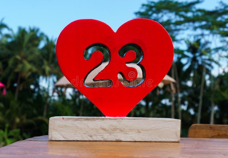 Coração vermelho de madeira com número 23 nele fotografia de stock