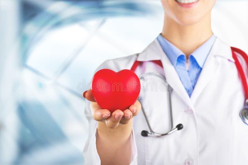 Coração vermelho do close-up à disposição do doutor fêmea imagem de stock royalty free