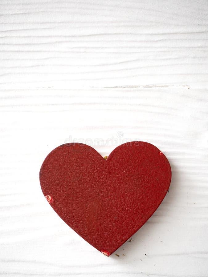 Coração vermelho em de madeira branco fotos de stock royalty free