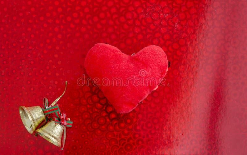 Coração vermelho em um fundo vermelho Sinos de Natal Configuração lisa fotos de stock royalty free