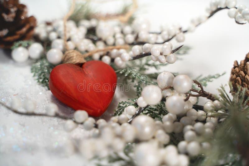 Coração vermelho na neve branca imagem de stock royalty free