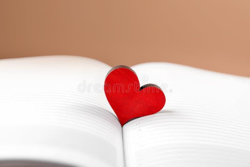 Coração vermelho no caderno aberto, close up foto de stock