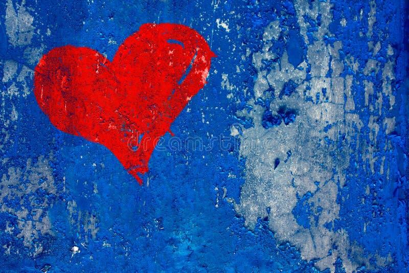 Coração vermelho pintado sobre o grunge e a obscuridade resistida velha - parede azul imagem de stock