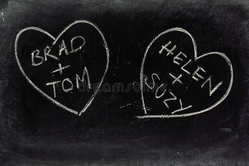 Corações alegres do amor em um quadro-negro imagem de stock royalty free