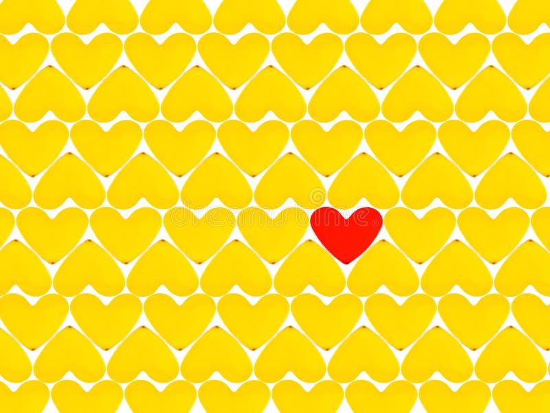Corações amarelos e um coração vermelho imagem de stock