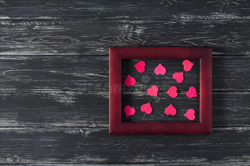 Corações cor-de-rosa em um quadro de madeira em um fundo de madeira velho Dia do `s do Valentim Espaço para o texto imagens de stock royalty free
