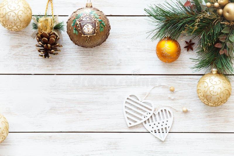 Corações das bolas do Xmas na árvore de Natal, decoração do cartão do ano novo feliz no fundo de madeira branco, vista superior,  foto de stock royalty free