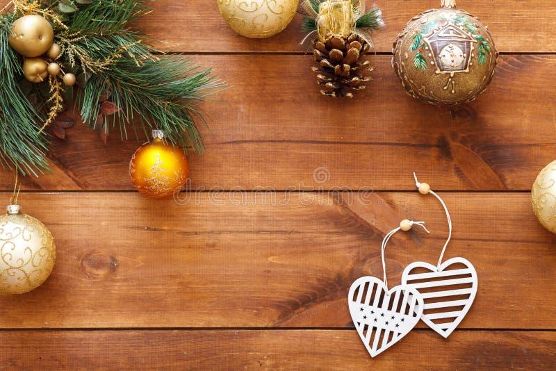Corações das bolas do Xmas na árvore de Natal, decoração do cartão do ano novo feliz no fundo de madeira marrom, vista superior,  fotos de stock