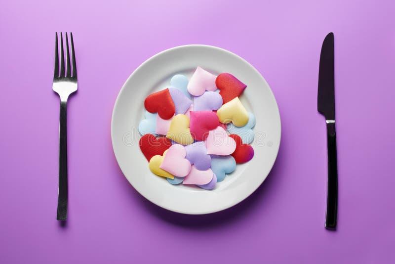Corações de amor em prato Conceito de flirt sexual Apaixonados por diferentes parceiros Escolha um novo namorado ou namorada Prom imagem de stock
