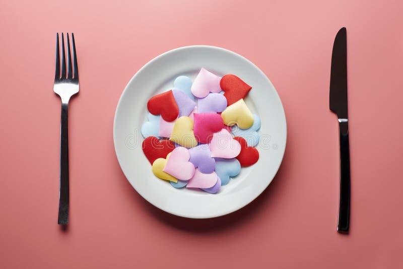 Corações de amor em prato Conceito de flirt sexual Apaixonados por diferentes parceiros Escolha um novo namorado ou namorada Prom fotos de stock royalty free