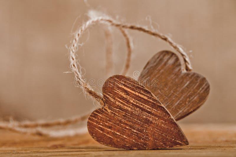 Corações de madeira amarrados, posição livre imagem de stock royalty free