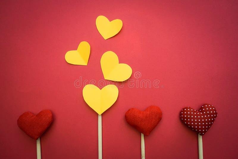 Corações de papel coloridos na linha como um presente para o dia do ` s do Valentim imagens de stock royalty free