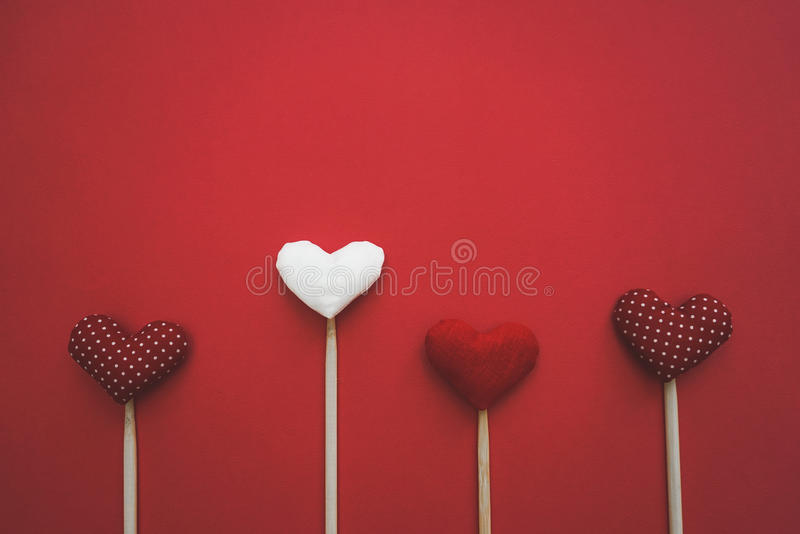 Corações de papel coloridos na linha como um presente para o dia do ` s do Valentim imagem de stock