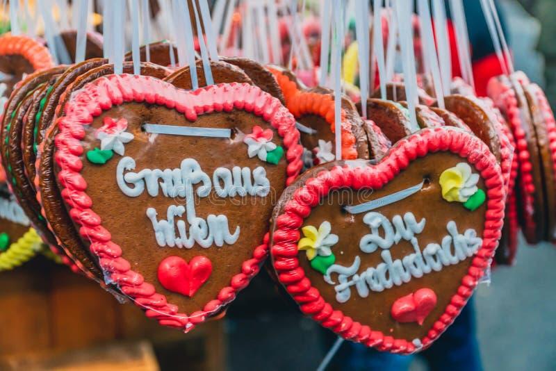 Corações decorados tradicionais de pão de Natal no mercado de Natal em Viena foto de stock royalty free