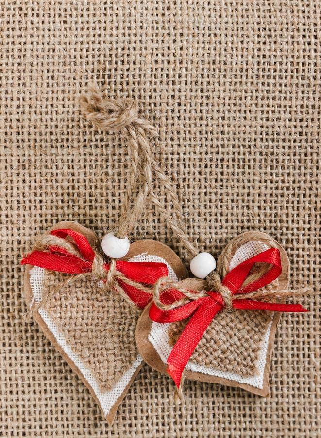 Corações decorativos no fundo de serapilheira foto de stock royalty free