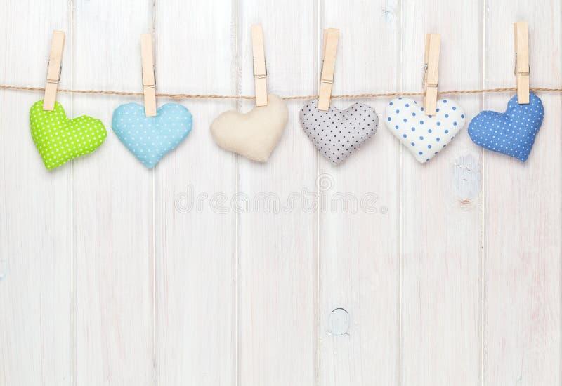 Corações do brinquedo do dia de Valentim que penduram na corda fotos de stock royalty free