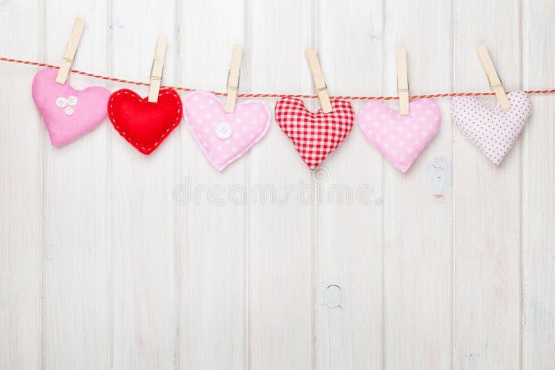 Corações do brinquedo do dia de Valentim que penduram na corda imagem de stock royalty free