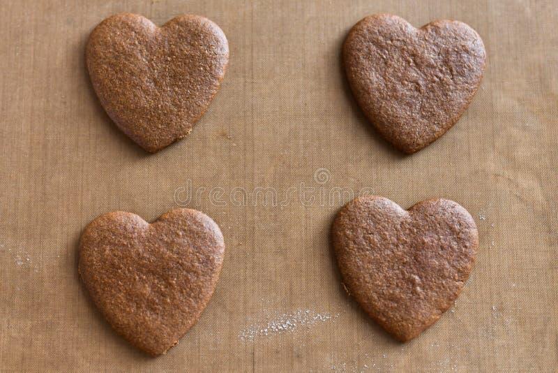 Corações do chocolate no fundo Cora??o do chocolate no fundo de madeira fotografia de stock royalty free