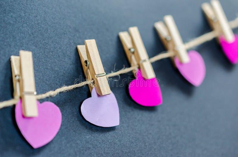 Corações do dia de Valentim no fundo cinzento fotografia de stock royalty free