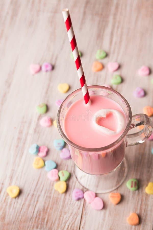Corações do leite e da conversação da morango imagens de stock