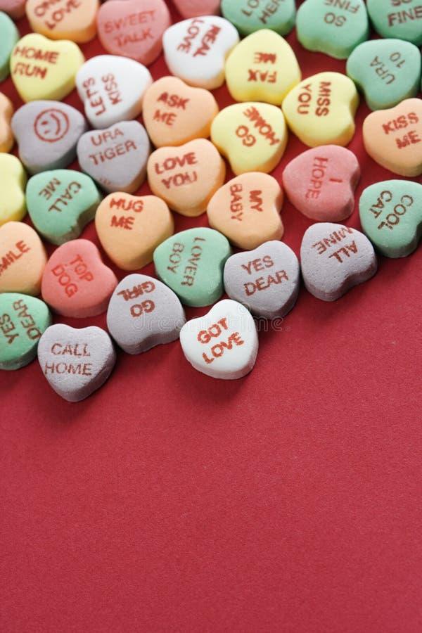 Corações dos doces no vermelho. imagem de stock royalty free