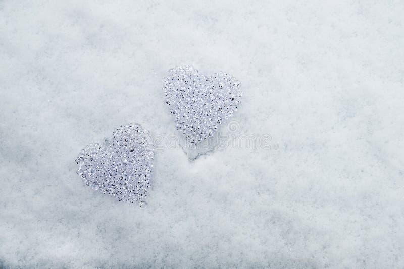 Corações dos glas na neve imagens de stock royalty free