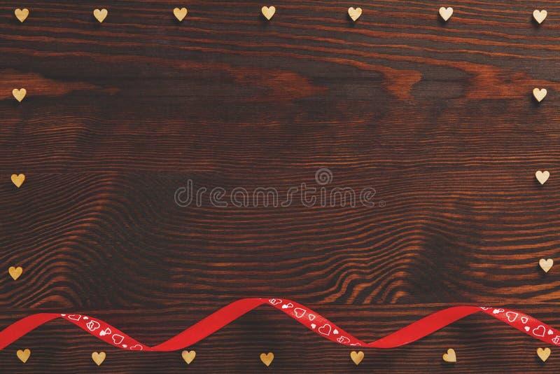Corações e fita de madeira imagem de stock