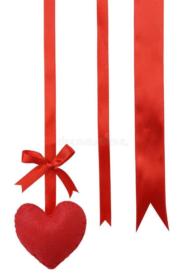 Corações e fita vermelhos no branco. imagem de stock royalty free