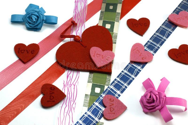 Corações e fitas das cores imagem de stock