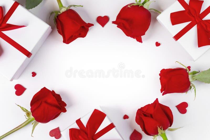 Corações e presentes das rosas imagens de stock royalty free
