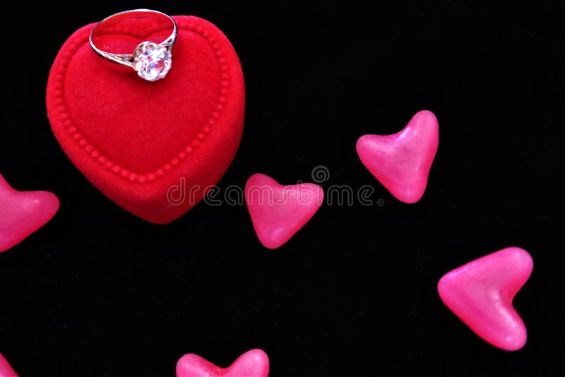 Corações e uma caixa vermelha com anéis Dia do `s do Valentim imagens de stock royalty free