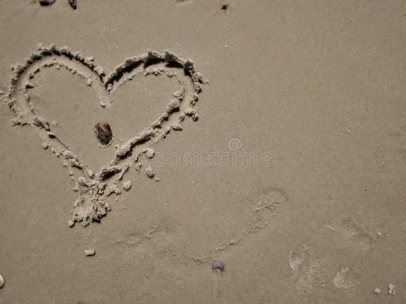 Corações em cima da areia foto de stock royalty free