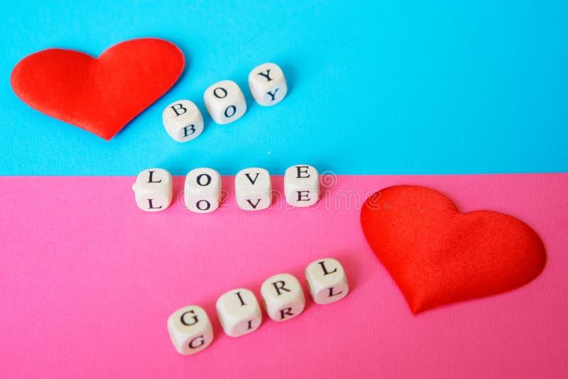 Corações em uma superfície azul e cor-de-rosa Declaração do amor Menina e menino foto de stock royalty free