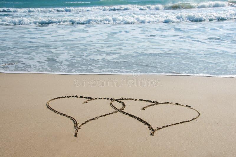 Corações na areia fotografia de stock royalty free