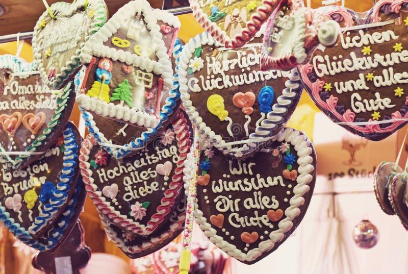 Corações tradicionais do pão-de-espécie no mercado alemão do Natal imagem de stock