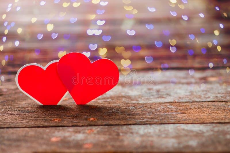 Corações vermelhos do Valentim no fundo de madeira rústico velho imagem de stock