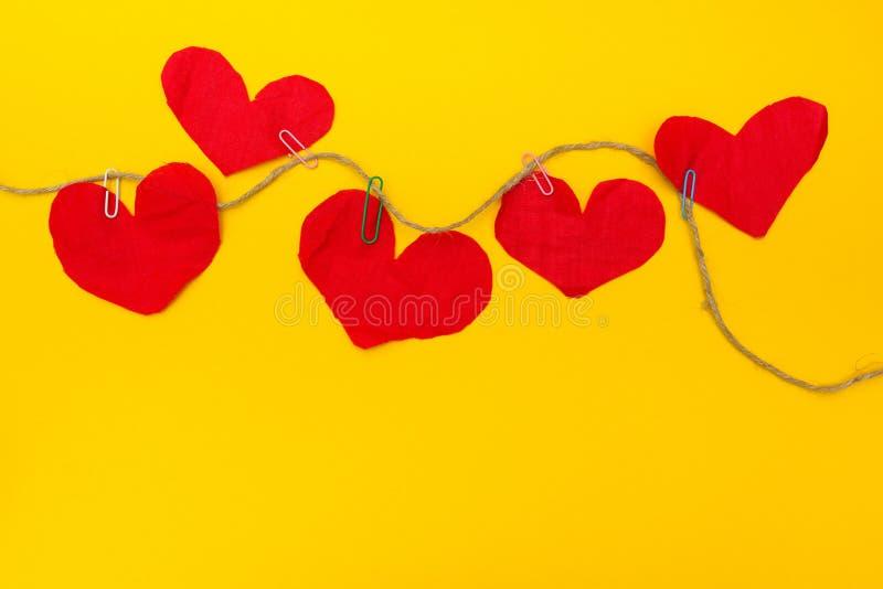 Corações vermelhos feitos a mão em um fundo amarelo foto de stock