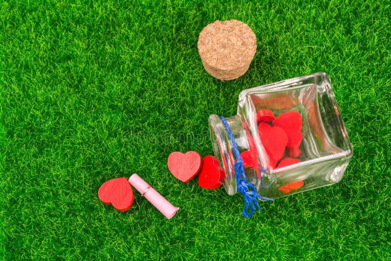 Corações vermelhos na garrafa imagens de stock