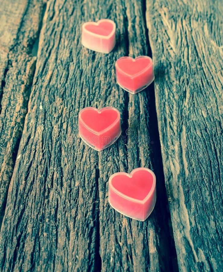 Corações vermelhos na madeira velha imagens de stock royalty free