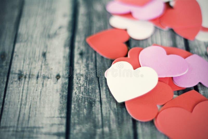 Corações vermelhos no fundo de madeira com vintage fotos de stock royalty free